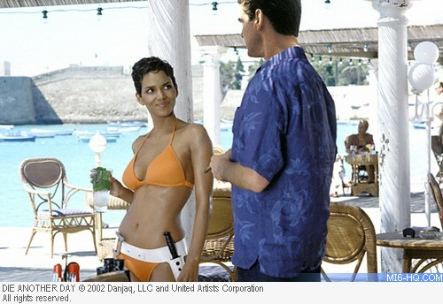 James Bond and Jinx drink mojitos on the Cuban beach